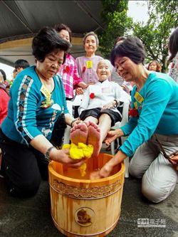 動人! 87歲阿媽跪地為百歲母洗腳謝母恩