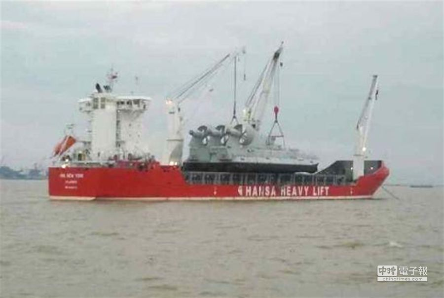 圖為運載歐洲野牛氣墊船的船隻。﹝擷取自網路﹞