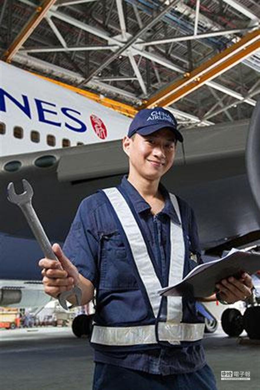 目前擔任華航飛機修護技術員的段任唐。