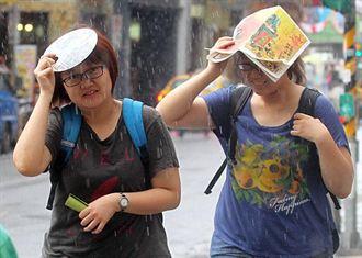 台北下午大雨 民眾狼狽淋濕