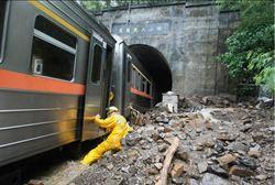 自強號撞土石流 台鐵、國軍清理現場