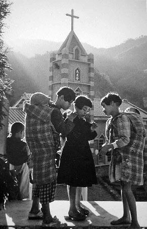 教會早期在台灣扮演重要角色,圖為1955年新竹五峰天主堂。(本報資料照片/黃樹德翻攝)