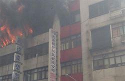 新店樓房大火 濃煙竄天惡臭撲鼻 記者急採訪滑一跤