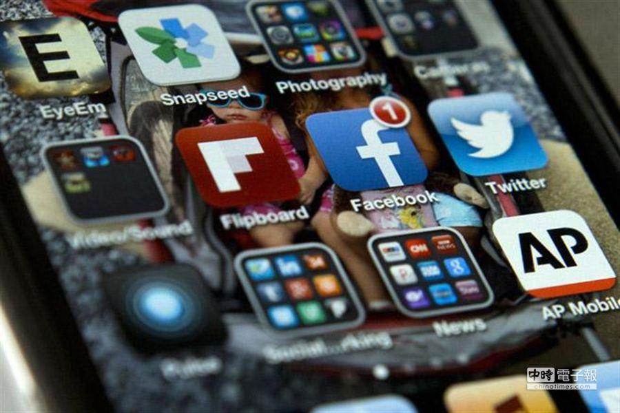 隨著社群不斷擴大,臉書愈來愈沒隱私?相較於繼續使用臉書的受訪者,這些採取虛擬身分自殺行動的人平均年齡普遍較大,而且以男性為主。(美聯社)