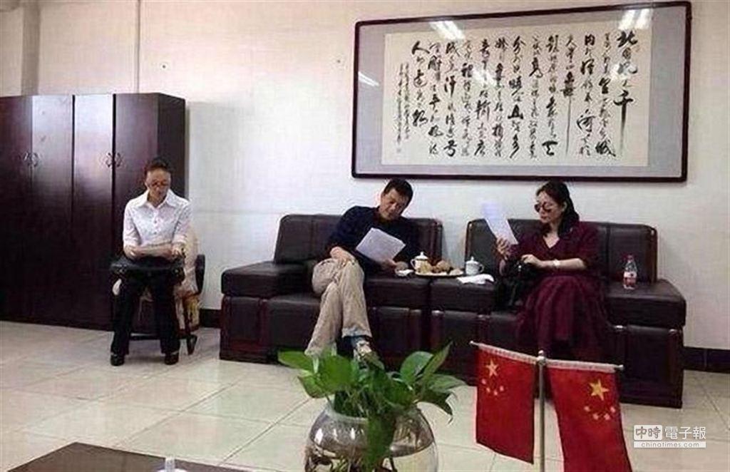 王菲(右)和李亞鵬回結婚登記處烏魯木齊辦理離婚。(翻攝自網易)