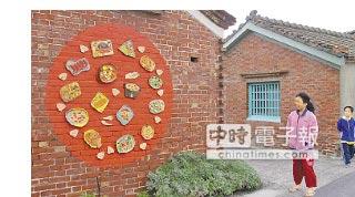 成龍村小朋友為迎接各國的藝術家,用陶土捏製出媽媽的拿手菜,布置一處裝置藝術「辦桌」。(觀樹基金會提供)
