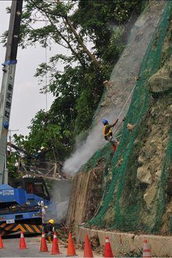 新中橫搶災修復 工程人員冒險攀崖