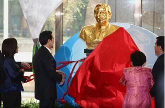 中華國慶將屆 國父孫女贈第119尊銅像