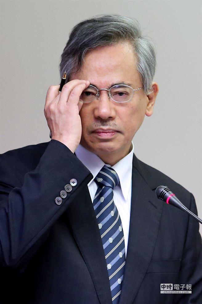衛福部長邱文達強硬回應劉政鴻,表示將使盡一切辦法,讓周本錡停職接受調查。(黃世麒攝)