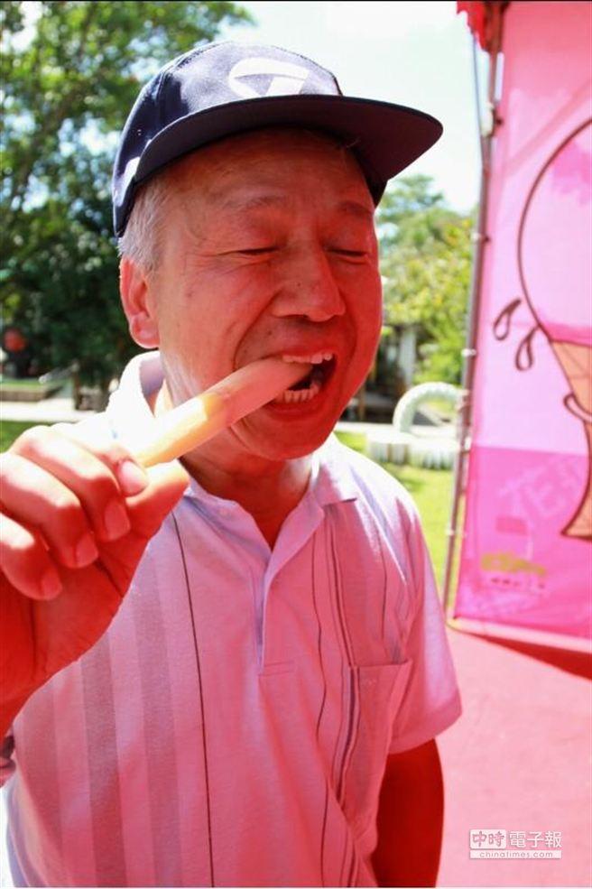 花蓮觀光糖廠11日舉辦「2013 賞糖祭」,還特別舉辦一場啃甘蔗大賽,其中一位60歲的「金剛牙阿公」林松茂老當益壯,勇奪第3名,還驕傲的說,「這滿嘴都是真牙哦」。(楊漢聲攝)