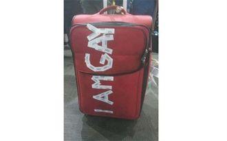廉價航空乘客受辱!行李箱遭貼「I AM GAY」
