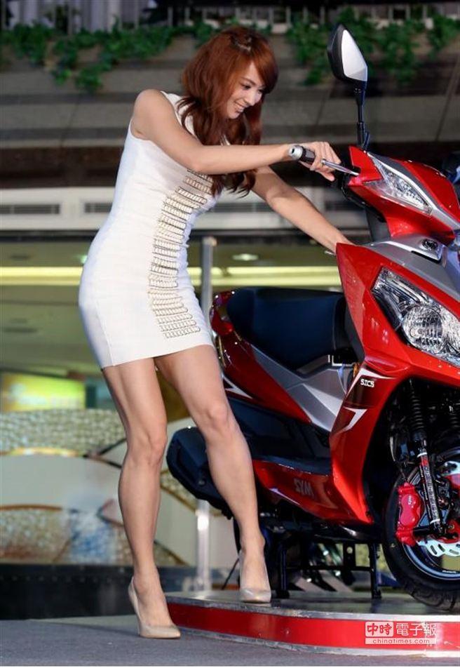 新宅男女神頒獎典禮,圖為出席女藝人阿喜出場時搞笑試圖發動機車卻發不動。(粘耿豪攝)