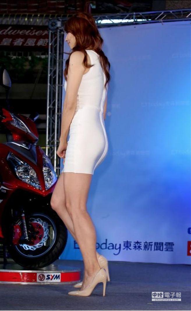 新宅男女神頒獎典禮,圖為出席女藝人阿喜轉身時露出了她的臀腿線條。(粘耿豪攝)