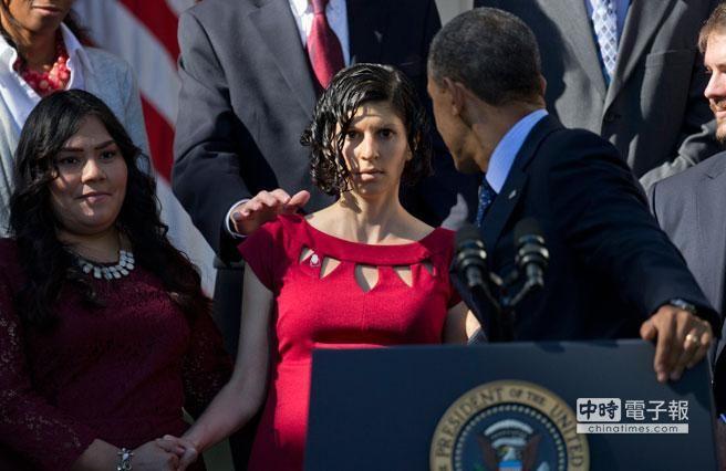 歐巴馬總統轉身扶住孕婦。﹝美聯社﹞