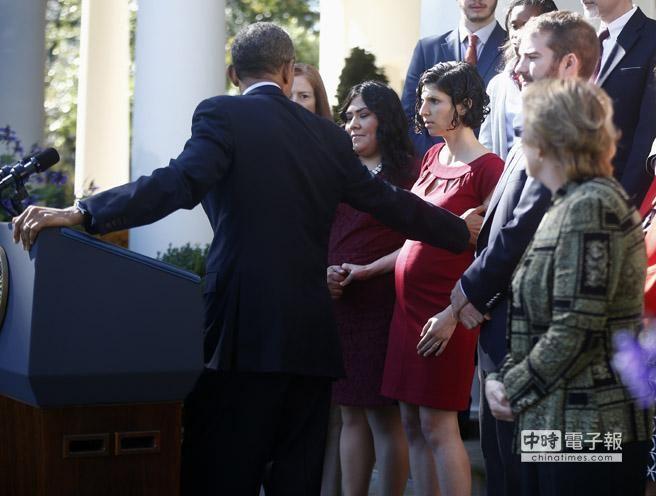歐巴馬果真神通廣大,邊演講還得眼觀四面?圖為歐巴馬轉身扶住孕婦現場還原。(美聯社資料照)