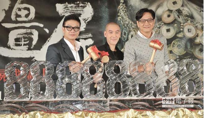 三人敲冰,打破數字88888888的冰雕,預祝票房大賣。(盧禕祺攝)