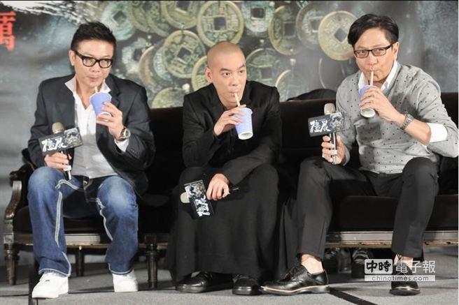 記者會上準備了台灣著名的珍珠奶茶給三位享用。(盧禕祺攝)