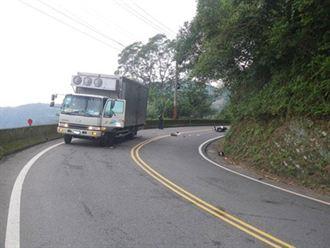 騎機車雙載 過彎太快撞卡車1死1重傷