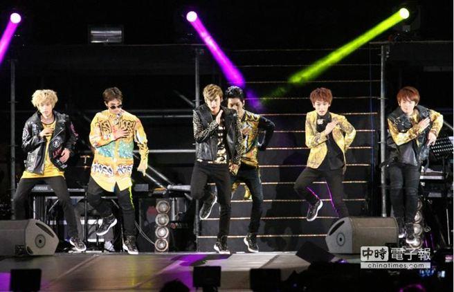 韓嫩男團體TEEN TOP首次亞洲巡迴演唱會,9日在台北南港開唱。(陳俊吉攝)