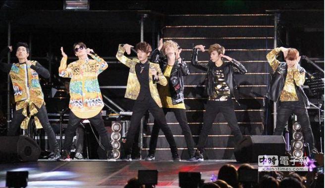TEEN TOP在演唱會上賣力表演,台下粉絲瘋狂尖叫。(陳俊吉攝)