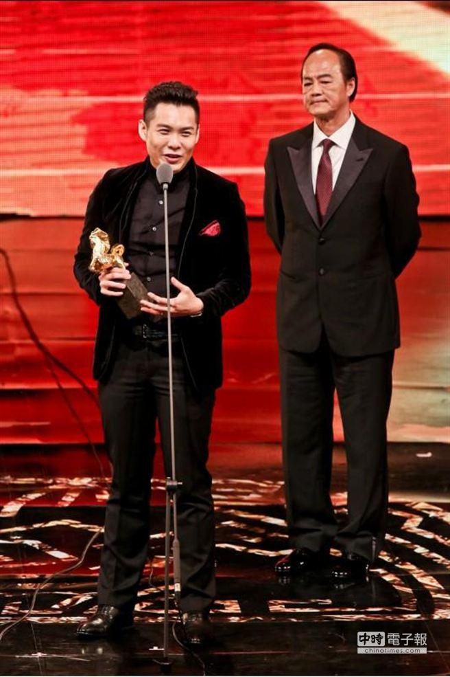 執導《爸媽不在家》的陳哲藝,由吳宇森與狄龍(右)手中拿下最佳新導演。(中時影視攝影組)