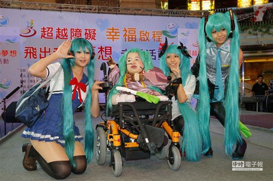 張祁茗與許多裝扮成初音未來的同學合影。(方濬哲攝)