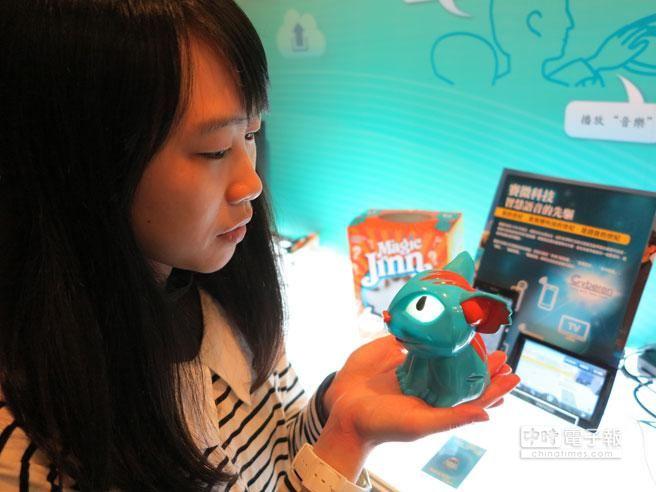賽微科技展示透過語言引領玩具猜出玩家心中設想的動物;目前這款叫Magin Jimn的玩具懂得七國語言,但還不會說中文。(馮景青攝)