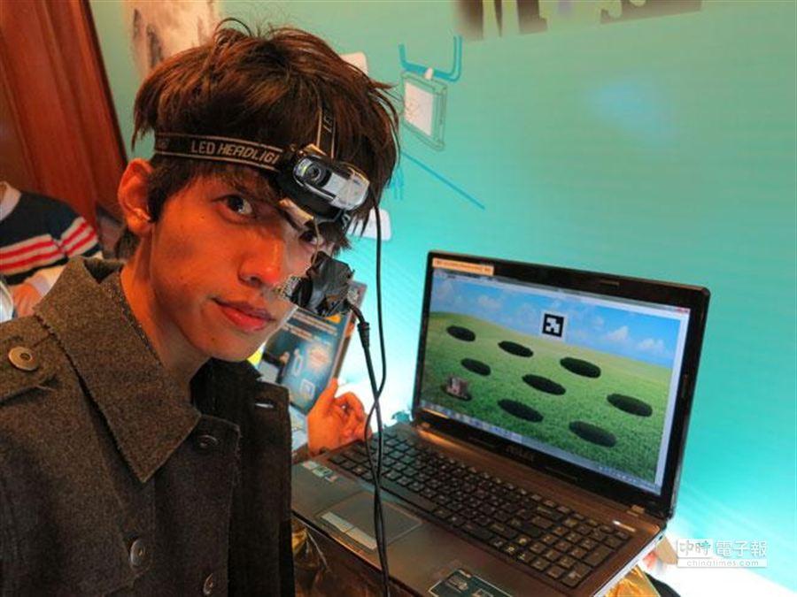 師大副教授何宏發主持研發的「螢幕眼動儀」,可透過眼球打地鼠。(馮景青攝)