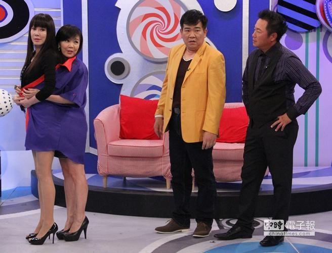 羅霈穎、鄒倩琳穿上白雲胖時的襯衫。(中天提供)
