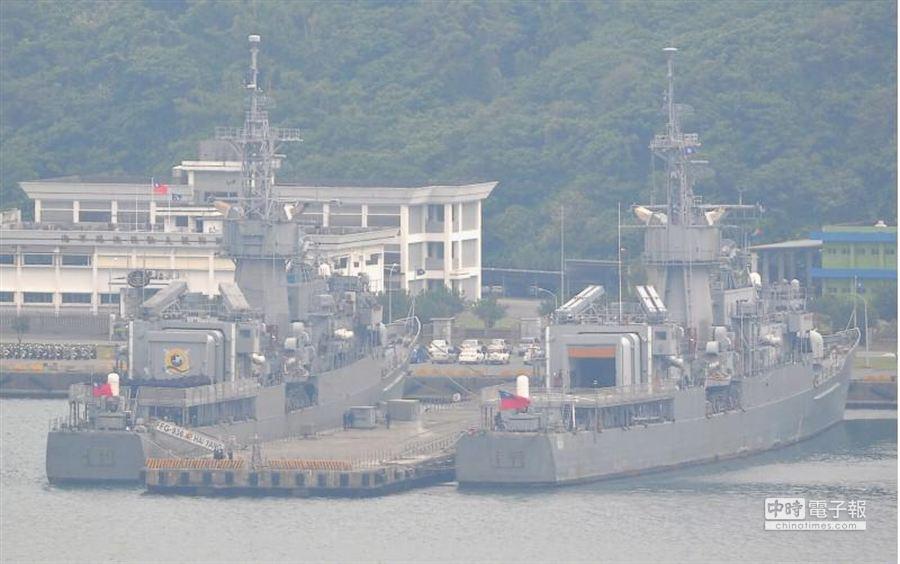 海軍軍艦則停泊在蘇澳港待命以防止突發狀況。(季志翔攝)