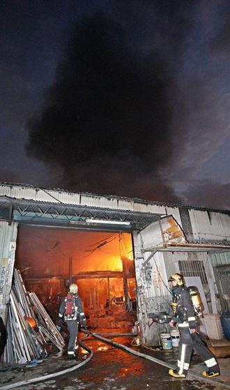 板橋工廠失火 一度搶救困難幸無傷亡