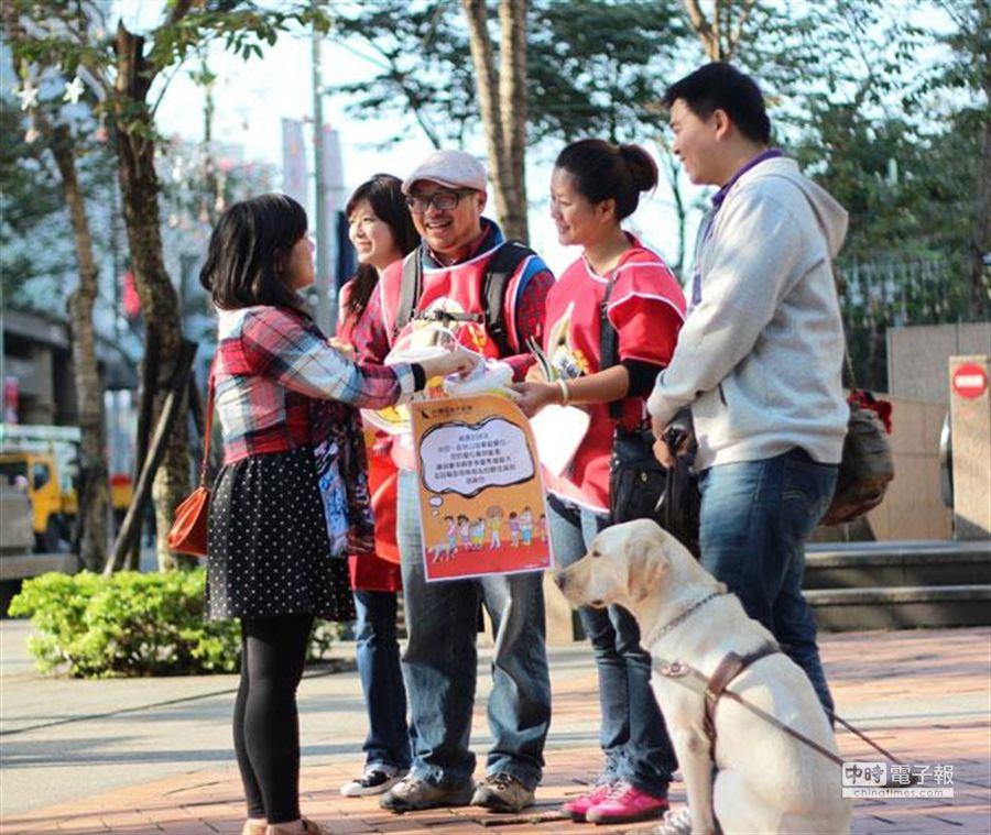 在志工熱情解說下,民眾為導盲犬慷慨解囊。(聯廣提供)