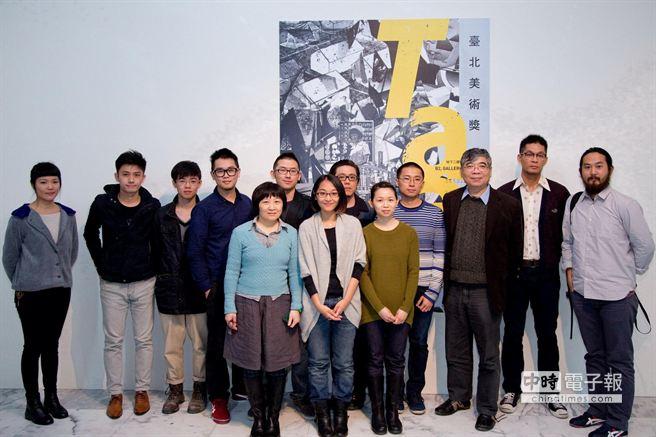 「2013台北美術獎」19日公布得獎名單,選出12組(位)平均年齡29歲的藝術家,黃博志(右二)為首獎得主。(北美館提供)