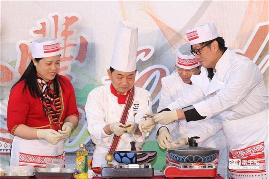 台北市原住民主委楊馨怡(左起)、阿基師、台北市政府副秘書長薛春民及台北市議員李傅中武,21日一同為原民創意料理競賽開幕,並用飛魚等食材,親手做出一道美味料理。(杜宜諳攝)