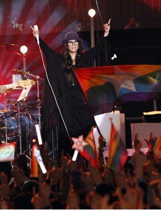 阿妹高呼愛是唯一 自費辦演唱會「憑愛入場」