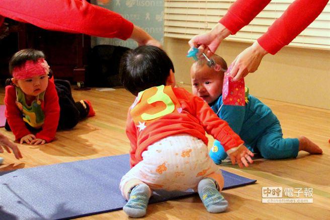 當寶寶林渙恩(右)在起點哭得聲嘶力竭,對手林彤恩(左)和黃柏智上前關心,令在場人直呼「好溫馨」。(謝文瑄攝)