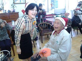 國民黨雲林縣長參選人張麗善贈圍巾給老人