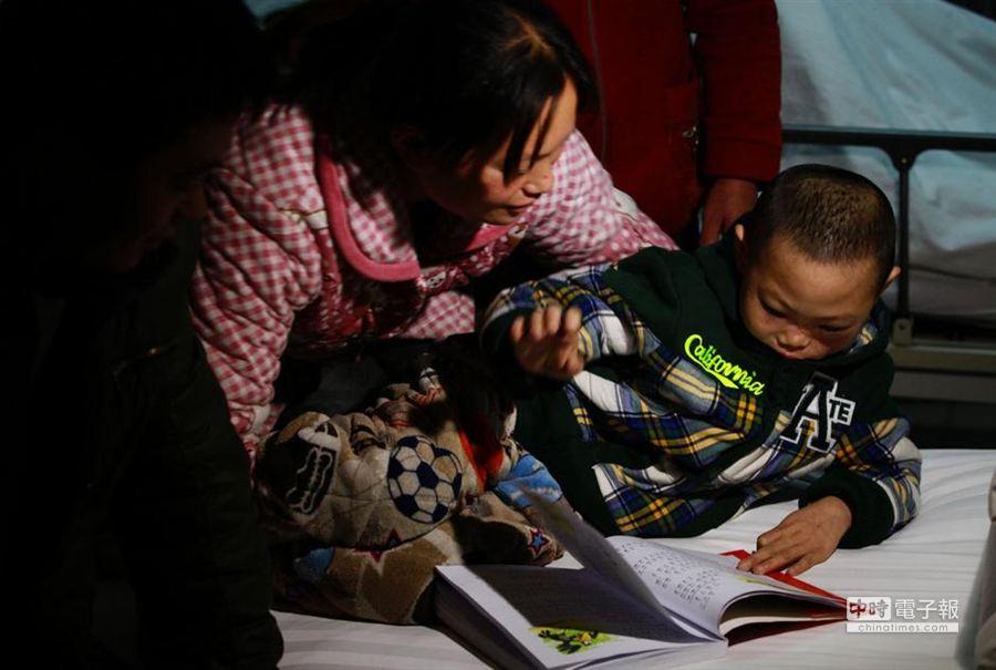 12月23日,遭遇車禍而導致面部毀容的陝西「碎臉娃娃」小博文,經過6個多小時的精細「拼臉」手術,在西安西京醫院恢復了容貌,正常的飲食功能也將逐步恢復。