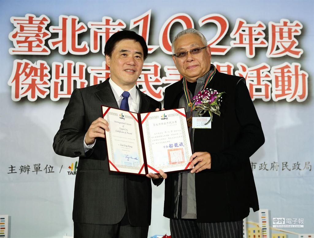 台北市長郝龍斌(左)頒發傑出市民獎狀給旺台環境文化基金會董事長蔡衍榮(右),以表彰他在推展環保及捐資復舊日新國小紅樓的努力。(王爵暐攝)