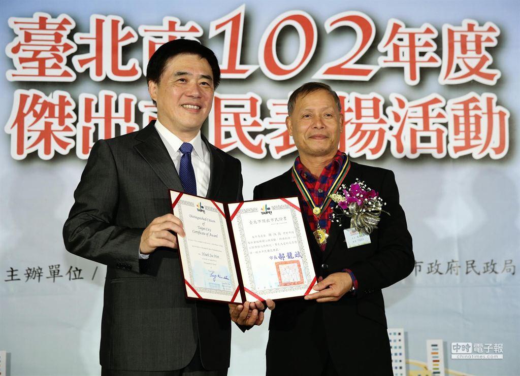 台北市長郝龍斌(左)頒發傑出市長獎狀給女網好手謝淑薇的父親謝子龍(右),表彰謝淑薇在網球運動優異的表現。(王爵暐攝)
