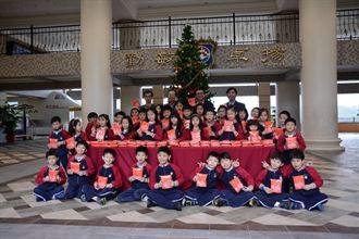 康橋學生按讚  捐500條圍巾做公益