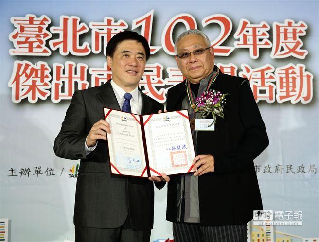 台北市长郝龙斌(左)颁发杰出市民奖状给旺台环境文化基金会董事长蔡衍荣(右),以表彰他在推展环保及捐资復旧日新国小红楼的努力。(王爵暐摄)