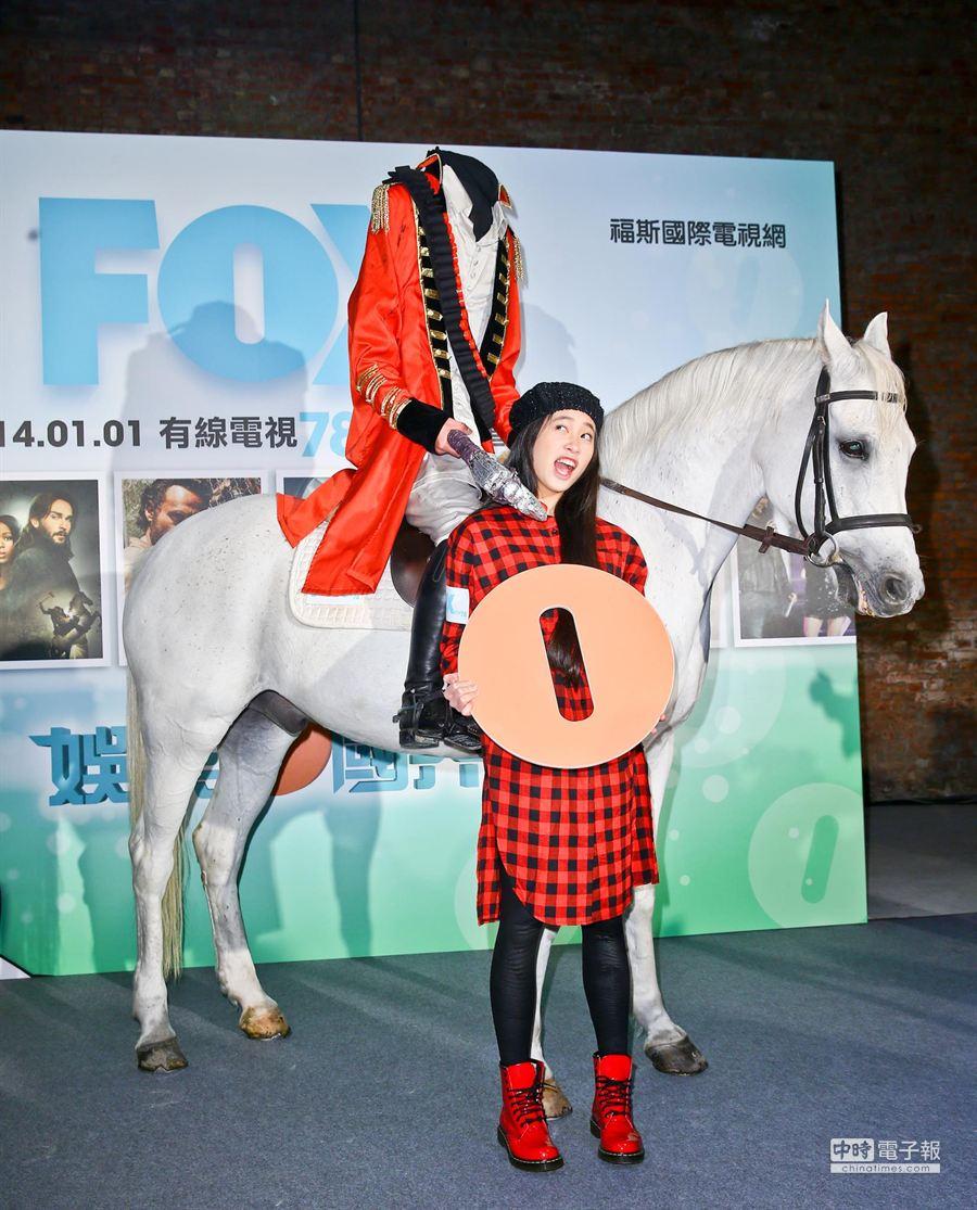 「FOX娛樂台」將正式升級為「FOX」頻道,記者會邀請歐陽妮妮出席代言。為配合宣傳將於1月1日新播的電影《斷頭谷》,FOX特地安排無頭騎士騎馬進場,使熱愛《斷頭谷》的妮妮搶著要合照放網路。(林弘斌攝)