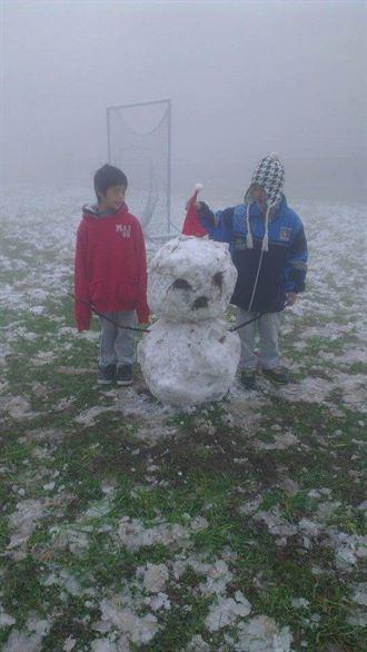 新竹下雪了 新光國小樂玩堆雪人
