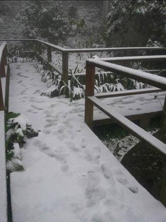 新光部落下雪囉! 學童開心堆雪人