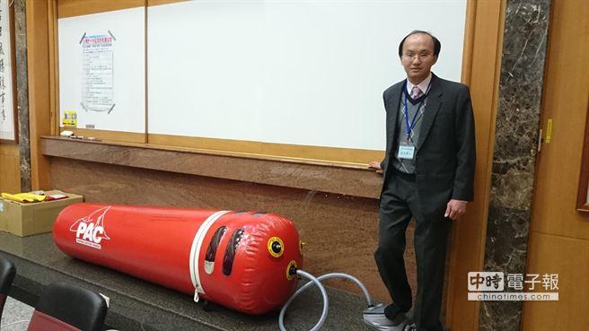 台北醫學大學附設醫院急診醫學科主治醫師王士豪展示攜帶型加壓袋。(葉書宏攝)
