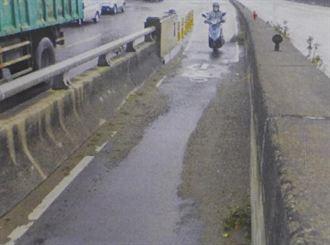 烏日大橋機車道堆砂石 危險!