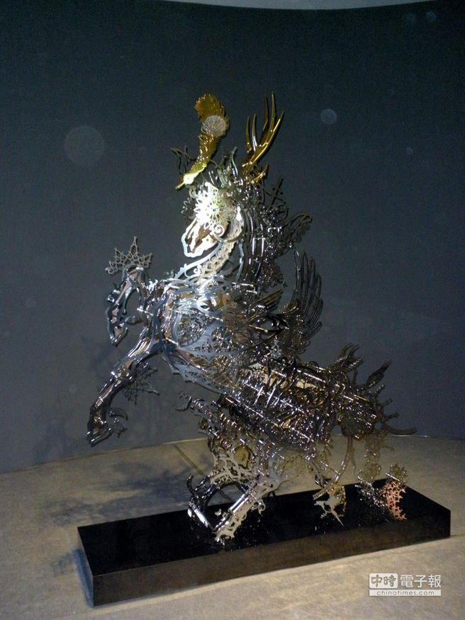 「FORMOSA雕塑雙年展」,冰冷的鋼鐵縲絲組合成龍馬。(李義攝)