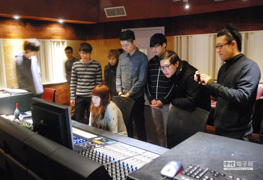 「星光體驗計畫」參賽學生參觀智冠音樂製作中心錄音室,了解專業音樂錄製流程。(林宏聰攝)