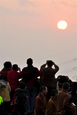 數千名遊客宜蘭佛光大學迎接曙光